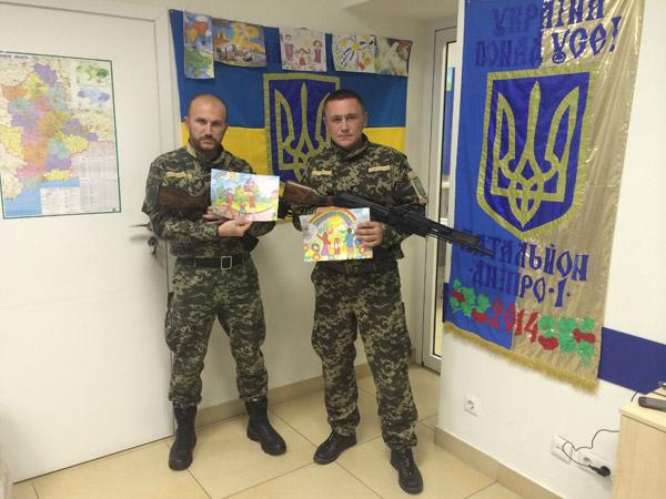 Українські військові отримали дитячі малюнки з Криму